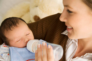 A mother bottle feeding her babyの写真素材 [FYI02120613]