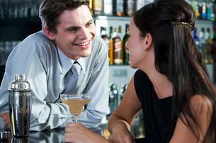 A barman flirting with a customerの写真素材 [FYI02120633]