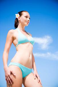 A young woman in bikini with flower in hairの写真素材 [FYI02120642]