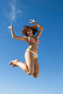 A young woman jumpingの写真素材 [FYI02120651]