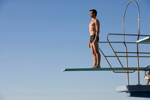 A diver standing on a diving boardの写真素材 [FYI02120697]