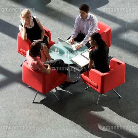 Four business colleagues holding a business meetingの写真素材 [FYI02120729]