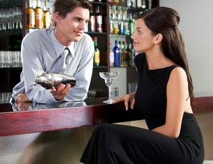 A barman flirting with a customerの写真素材 [FYI02120763]