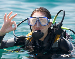 A woman scuba divingの写真素材 [FYI02120804]
