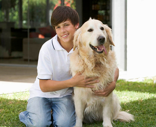 Portrait of a young boy with his pet dogの写真素材 [FYI02120819]
