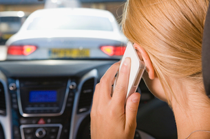 Female Driver Talking On Phone Whilst Drivingの写真素材 [FYI02120831]