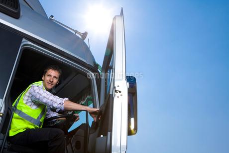 Truck driver closing door of semi-truckの写真素材 [FYI02120925]
