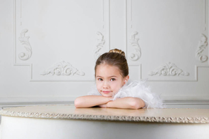 Portrait of a young girl with a feather boa in dressing up clothesの写真素材 [FYI02120934]