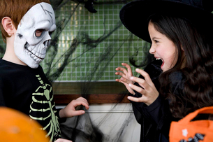 Little boy and girl at a Halloween partyの写真素材 [FYI02120953]
