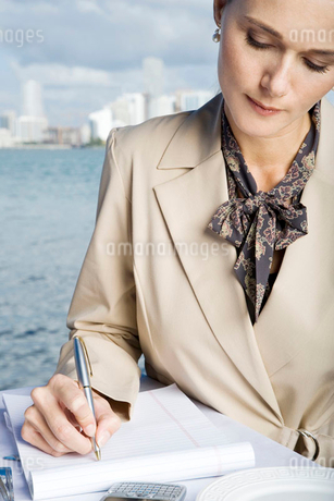 A businesswoman writing notesの写真素材 [FYI02120986]