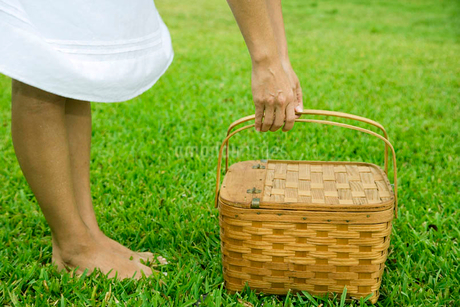 cropped image woman with picnic basketの写真素材 [FYI02120992]