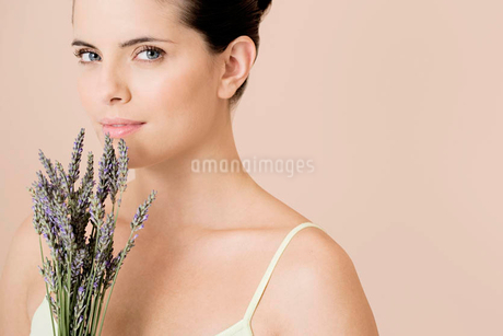 Woman holding a bunch of dried lavenderの写真素材 [FYI02121036]