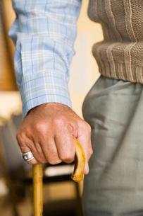 An elderly man holding a walking stickの写真素材 [FYI02121062]