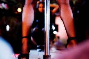 Men watching a pole dancerの写真素材 [FYI02121121]