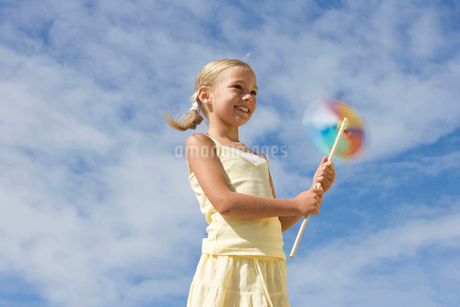 A young girl with a windmillの写真素材 [FYI02121122]