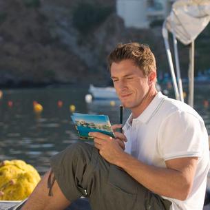 A man writing a postcardの写真素材 [FYI02121205]