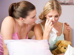 A teenage girl comforting her friendの写真素材 [FYI02121229]