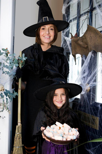 Mother and daughter dressed up as witches for Halloweenの写真素材 [FYI02121230]
