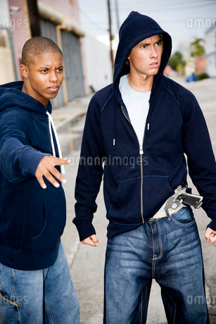 Portrait of two young street gang membersの写真素材 [FYI02121248]