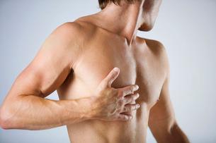 A male nude, shouldersの写真素材 [FYI02121260]