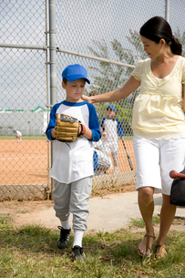 Mother encouraging son at baseball gameの写真素材 [FYI02121292]