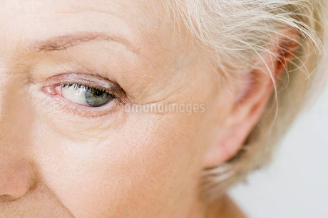 A portrait of a senior woman, detail of eyeの写真素材 [FYI02121359]