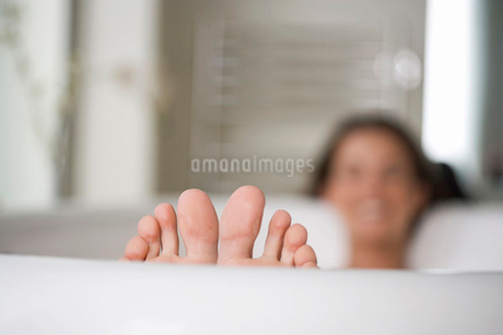 A young woman in the bath, closs-up of feetの写真素材 [FYI02121379]