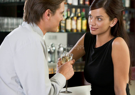 A couple drinking champagne in a barの写真素材 [FYI02121485]