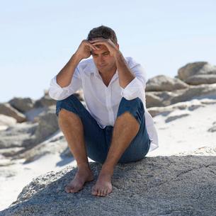 A man sitting on rocksの写真素材 [FYI02121517]