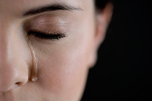 Close up of woman cryingの写真素材 [FYI02121523]