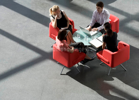 Four business colleagues holding a business meetingの写真素材 [FYI02121552]