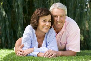 A senior couple in a gardenの写真素材 [FYI02121566]