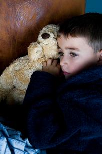 little boy snuggling up with teddy bearの写真素材 [FYI02121578]