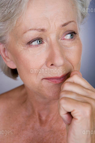 A senior woman cryingの写真素材 [FYI02121626]