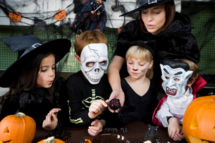 Four friends and a mother at a Halloween partyの写真素材 [FYI02121658]