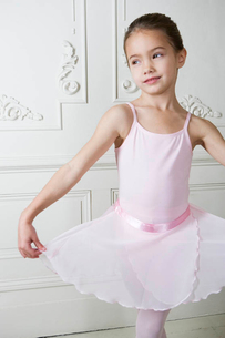 Little girl in a ballet poseの写真素材 [FYI02121660]