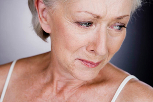 A senior woman cryingの写真素材 [FYI02121671]