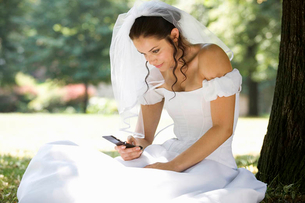 A bride using a mobile phoneの写真素材 [FYI02121719]