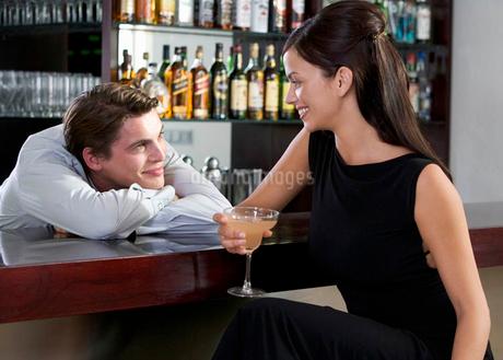 A barman flirting with a customerの写真素材 [FYI02121730]
