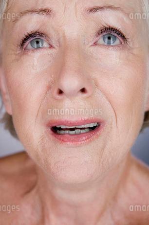 A senior woman cryingの写真素材 [FYI02121934]