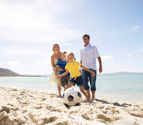 A family on a beachの写真素材 [FYI02121981]