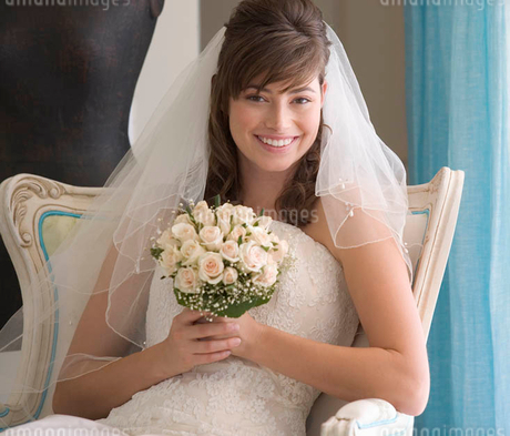 A bride sitting on a chairの写真素材 [FYI02121983]