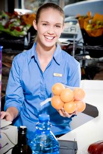 Portrait of a supermarket checkout assistant.の写真素材 [FYI02122047]