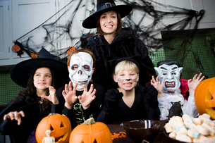 Four friends and a mother at a Halloween partyの写真素材 [FYI02122120]