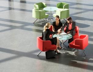 Three businesswomen having a meeting in office buildingの写真素材 [FYI02122122]