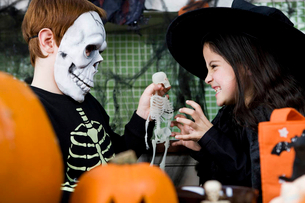 Little boy and girl at a Halloween partyの写真素材 [FYI02122153]