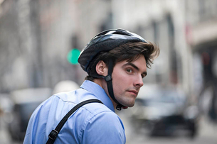 A businessman wearing a cycling helmet, commuting to workの写真素材 [FYI02122246]