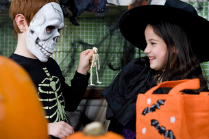 Little boy and girl at a Halloween partyの写真素材 [FYI02122253]