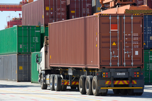 Lorry and cargo containers at commercial dockの写真素材 [FYI02122297]