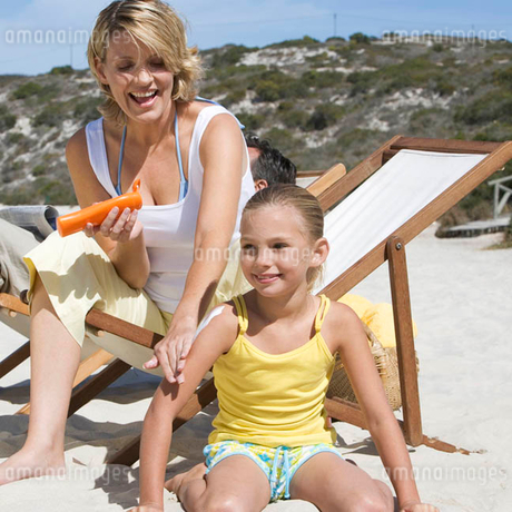 A mother applaying sunscreen on her daughterの写真素材 [FYI02122327]